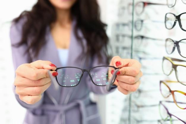 Loja para a seleção de óculos e conceito de lentes com mulher de óculos