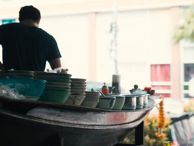 Loja tailandesa do macarronete do barco.