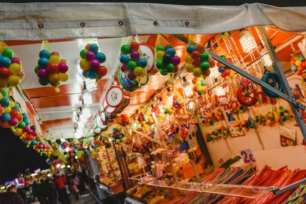 Lojas de doces de rua em uma feira.