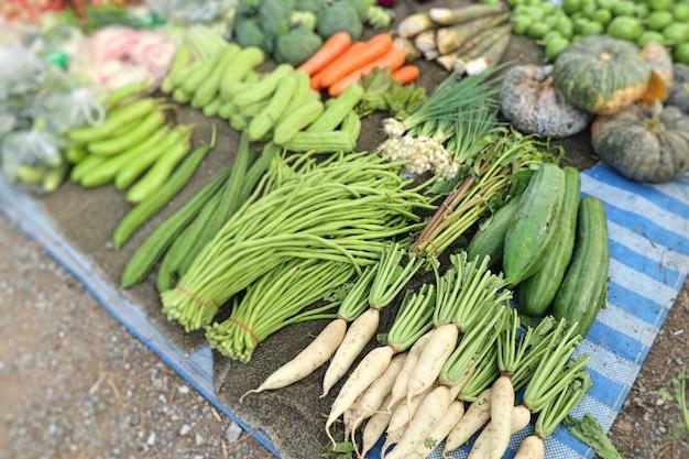 Lojas vendendo legumes no mercado
