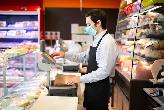 Lojista, executando negócios enquanto usava máscara, conceito de pandemia de coronavírus