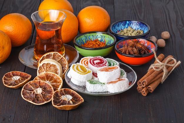 Lokum com chá e doces tradicionais na mesa