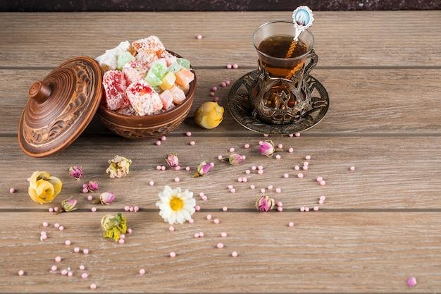 Lokum turco e um copo de chá