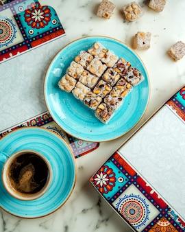 Lokums misturados com xícara de café