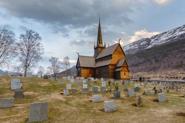 Lom stave igreja (lom stavkyrkje) com primeiro plano de cemitério