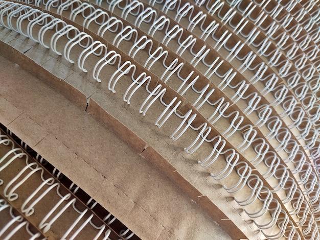 Lombadas em espiral de caderno em fundo de papelão