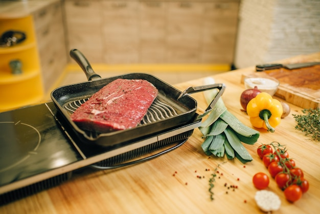 Lombo de carne assado em uma frigideira no fogão elétrico
