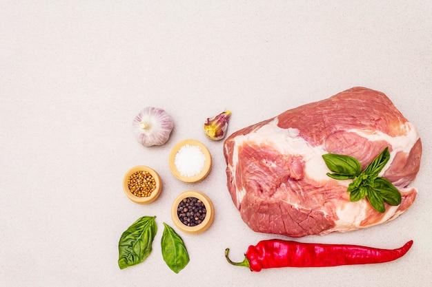 Lombo de carne de porco crua com legumes frescos e especiarias secas