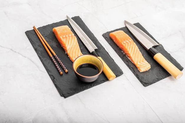 Lombo de salmão para sushi e sashimi cozinhando peixe cru