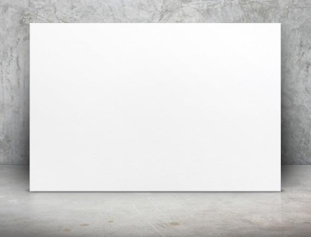 Lona de cartaz de papel branco em branco no quarto de concreto grunge