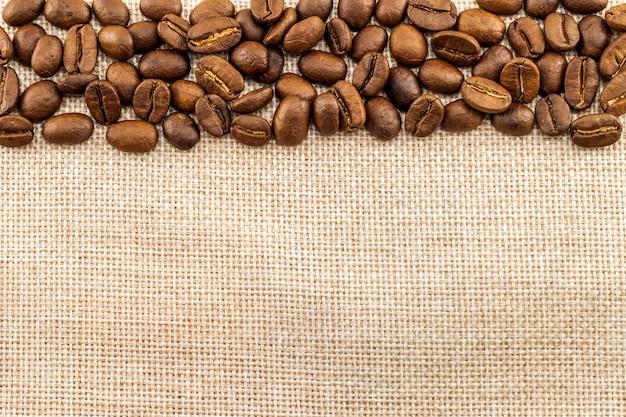 Lona de saco de serapilheira e grãos de café