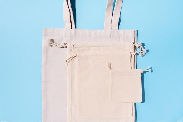 Lona sacola lona e sacos de tecido de linho com cordão sobre fundo azul