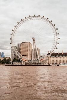 London eye com o rio tamisa em londres