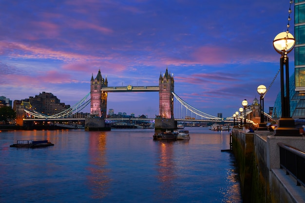 London tower bridge pôr do sol no rio tamisa