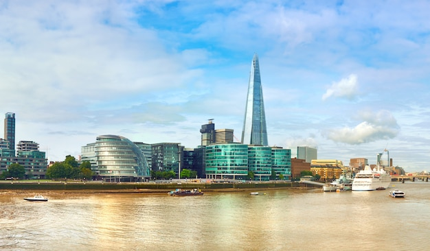 Londres, banco sul do tamisa em um dia brilhante