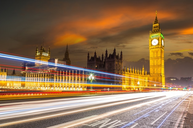 Londres big ben e tráfego na ponte de westminster