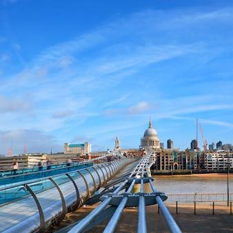 Londres, closeup na ponte do milênio e st. paul