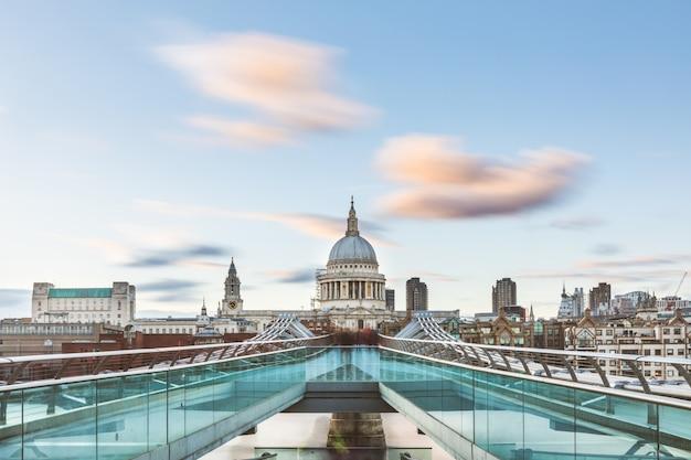 Londres e st paul cathedral com nuvens borradas