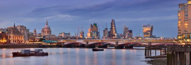 Londres iluminada, vista panorâmica sobre o rio tamisa da ponte de waterloo à noite. esta imagem está tonificada.