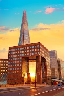 Londres o fragmento de edifício ao pôr do sol