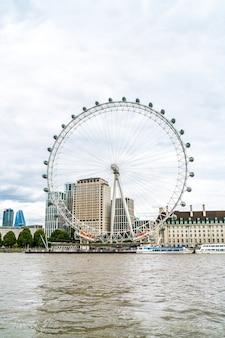 Londres / reino unido - 2 de setembro de 2019: london eye com o rio tamisa em londres