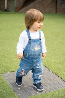 Londres, reino unido, 22 de julho de 2121 - feliz e ativa menina infantil correndo em um trevo no playground.