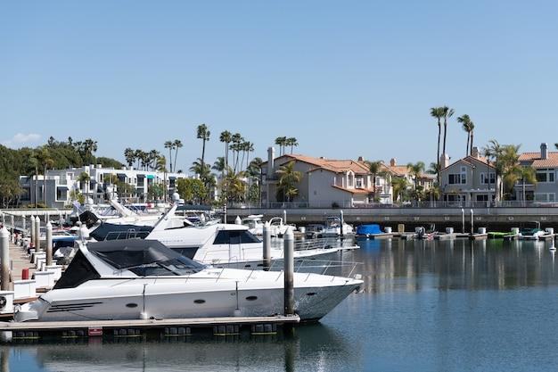 Long beach, califórnia, eua - 26 de março de 2021: porto de barcos e veleiros. barcos e iates de luxo estacionados nas docas do clube de iates privado. marina em long beach, califórnia. destino turístico popular.