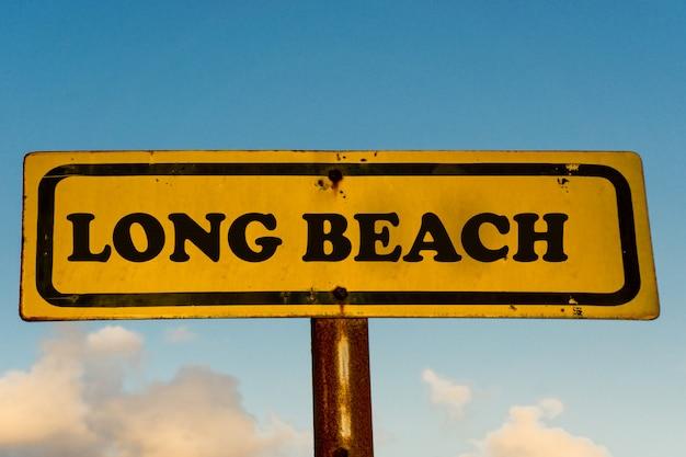 Long beach cidade velha placa amarela com céu azul