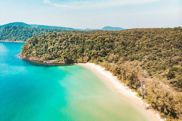 Long beach, na ilha de koh rong, no camboja, sudeste da ásia. vista superior, vista aérea de uma bela ilha tropical no golfo da tailândia. vista de cima.