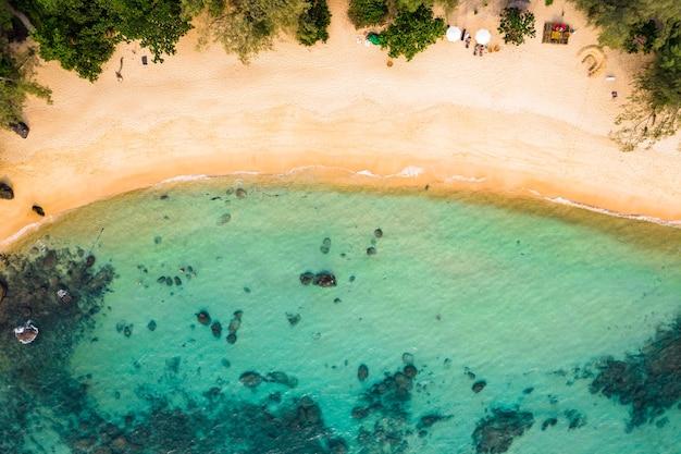 Long beach na ilha de koh rong samloem, no camboja, sudeste da ásia. vista superior, vista aérea de uma bela ilha tropical no golfo da tailândia. com textura de espaço de cópia para plano de fundo do projeto de férias.