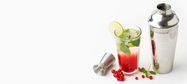 Long drink de ângulo alto com shaker e cópia-espaço