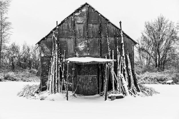 Long house nativo americano coberto de neve no inverno