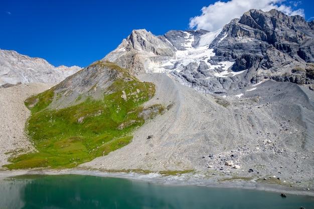 Long lake e paisagem glaciar grande casse alpine nos alpes franceses