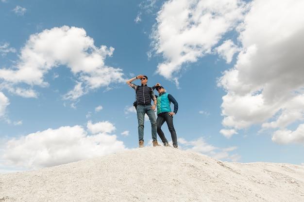 Long shot casal adulto até uma colina