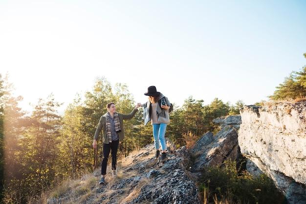 Long shot casal adulto nas montanhas