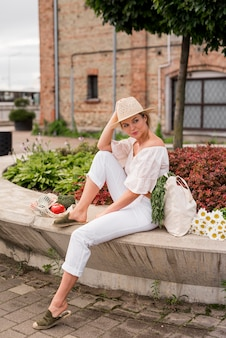 Long shot de mulher vestindo branco