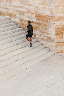 Long shot homem correndo na escada