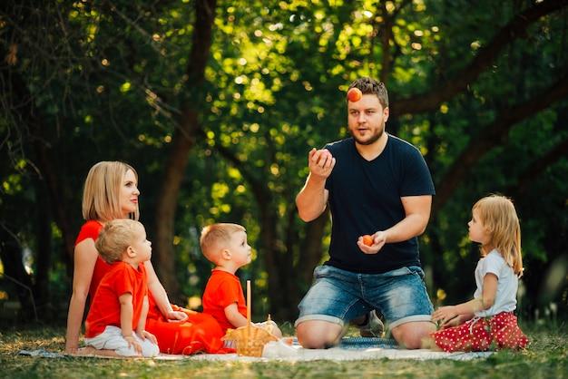 Long shot pai brincando com sua família