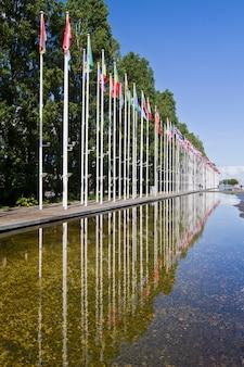 Longa avenida de bandeiras de vários países do mundo
