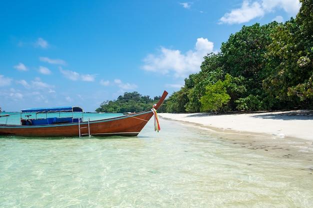Longa cauda de madeira barco âncora com csytal mar branco areia