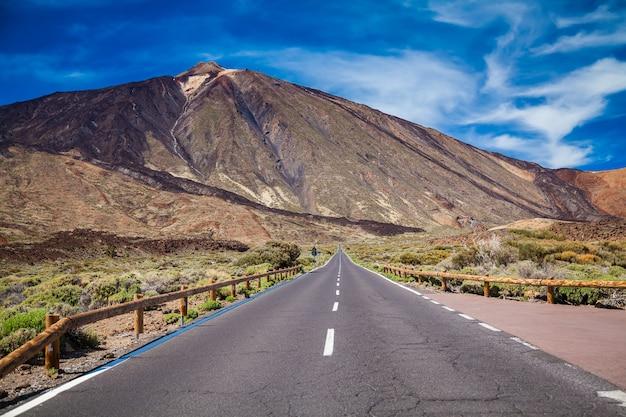 Longa estrada para o vulcão teide no vale do parque nacional em tenerife, ilhas canárias, espanha