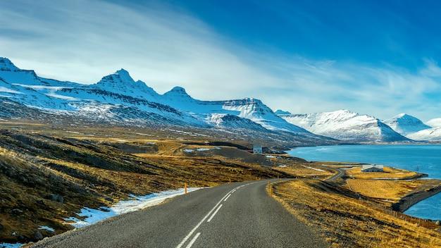 Longa estrada reta no inverno.
