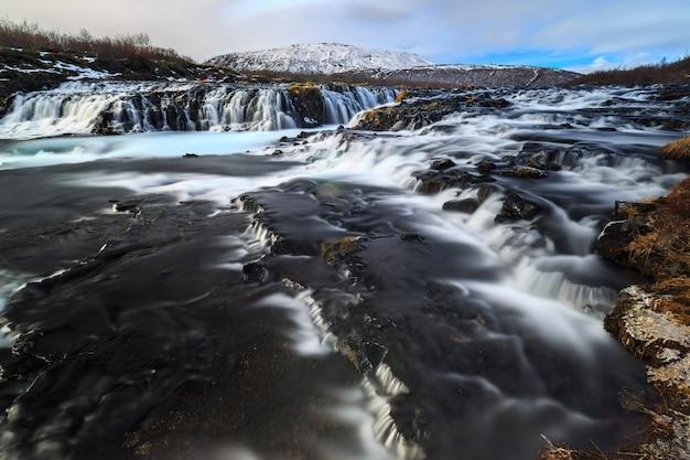 Longa exposição da cachoeira bruarfoss no inverno