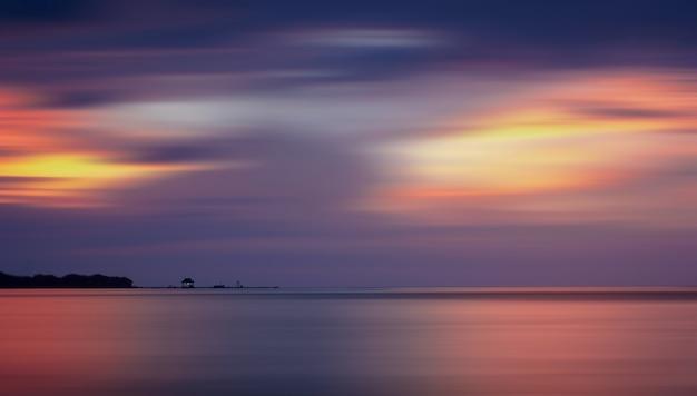 Longa exposição do pôr do sol no teluk awur beach, indonésia