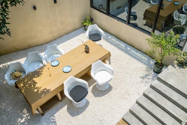Longa mesa e cadeira no villa garden restaurant