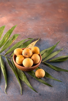Longan frutas tropicais na cesta de bambu