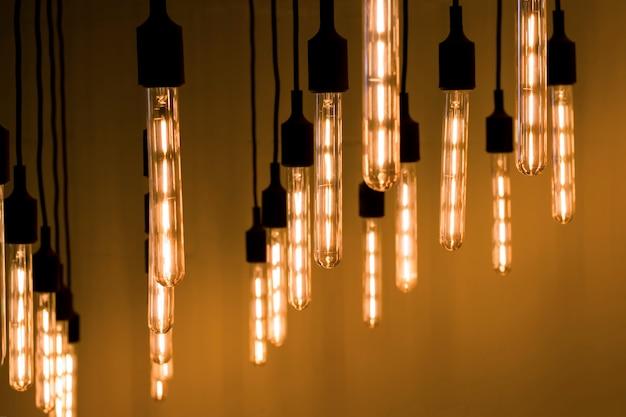 Longas lâmpadas decorativas em estilo loft. toned.