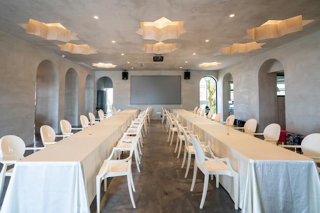 Longas mesas e cadeiras em restaurantes do resort