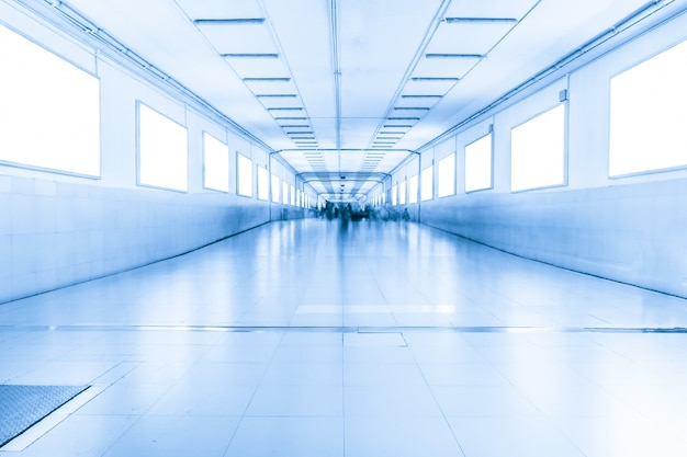 Longo corredor com janelas