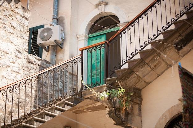 Longo lance da velha escadaria de pedra no quintal da cidade velha